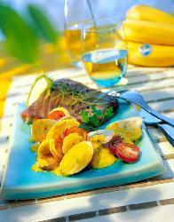 Smażony filet z tuńczyka z sałatką bananowo - jogurtową