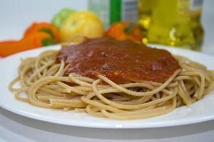 Makaron razowy z sosem neapolitańskim