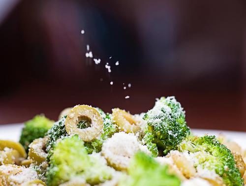 Sałatka na ciepło z brokułów, oliwek i parmezanu